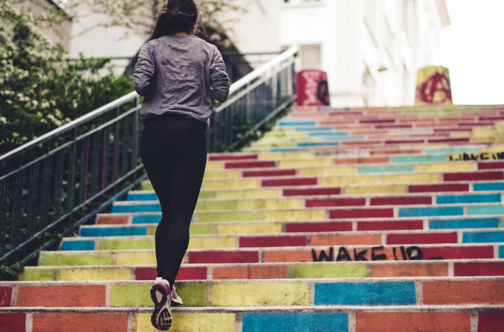 dívka na schodech